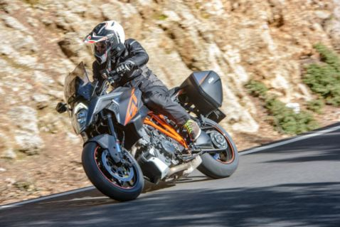 2017-KTM-1290-Super-Duke-GT-action-8-590x393